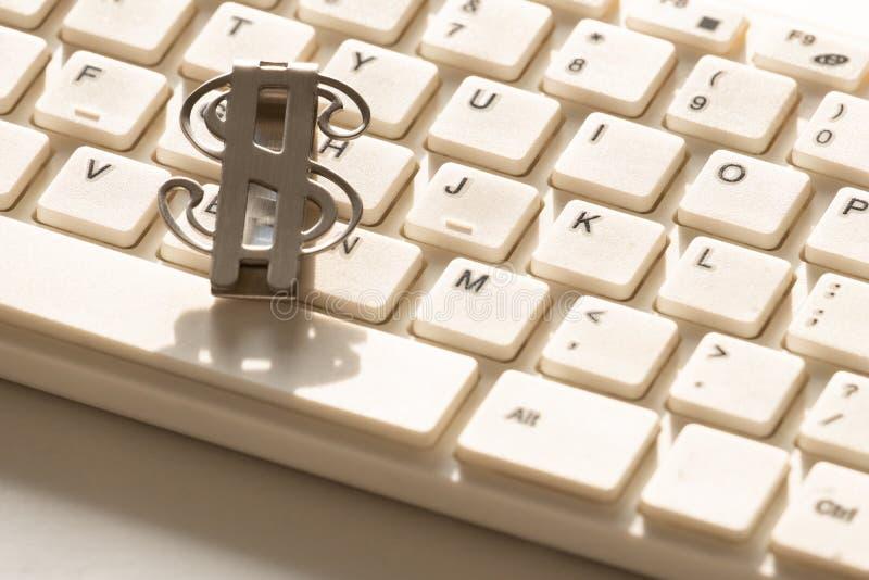 Το σύμβολο του αμερικανικού δολαρίου βρίσκεται σε ένα άσπρο πληκτρολόγιο για έναν υπολογιστή Κινηματογράφηση σε πρώτο πλάνο Υπόβα στοκ εικόνα με δικαίωμα ελεύθερης χρήσης