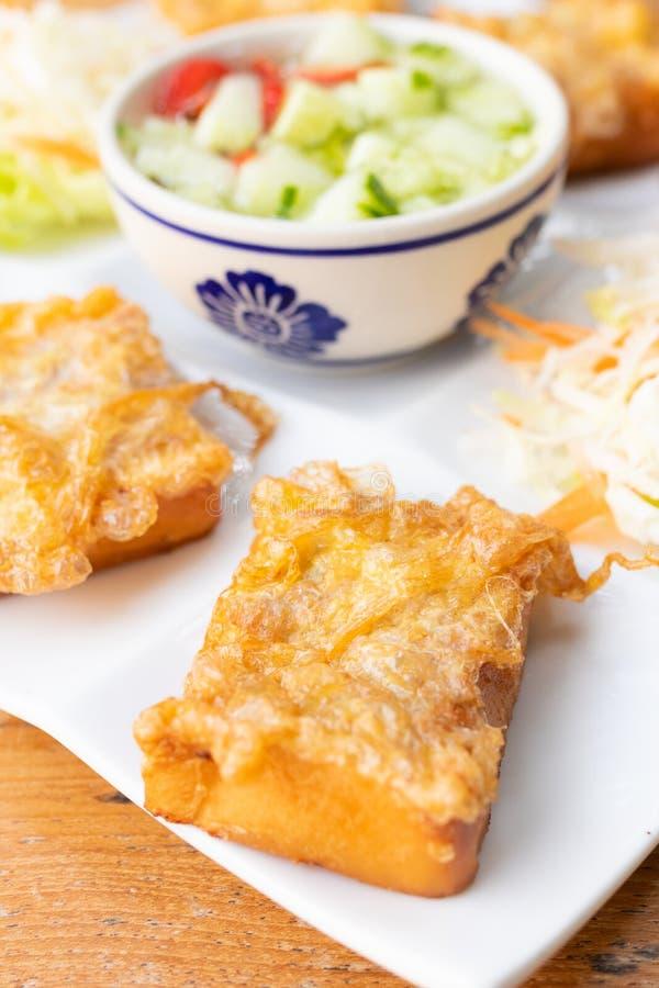Το τηγανισμένο ψωμί με το κομματιασμένο χοιρινό κρέας διέδωσε την ομελέτα και το αγγούρι στη γλυκιά σάλτσα, ταϊλανδικά τρόφιμα στοκ φωτογραφία