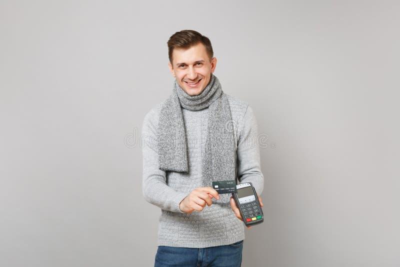 Το χαμογελώντας άτομο που κρατά το ασύρματο σύγχρονο τερματικό πληρωμής τραπεζών στη διαδικασία, αποκτά τις πληρωμές με πιστωτική στοκ εικόνες με δικαίωμα ελεύθερης χρήσης
