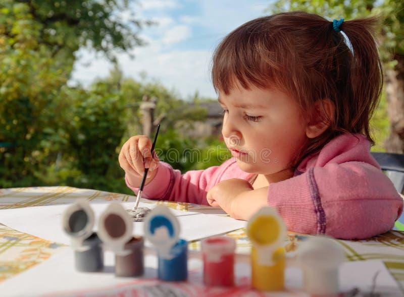 Το χαριτωμένο μικρό κορίτσι χρωματίζει τους ζωικούς αριθμούς στοκ φωτογραφία με δικαίωμα ελεύθερης χρήσης