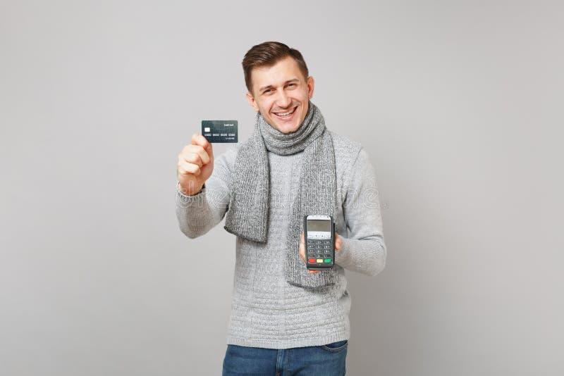 Το χαρούμενο άτομο που κρατά το ασύρματο σύγχρονο τερματικό πληρωμής τραπεζών στη διαδικασία, αποκτά τις πληρωμές με πιστωτική κά στοκ εικόνες με δικαίωμα ελεύθερης χρήσης