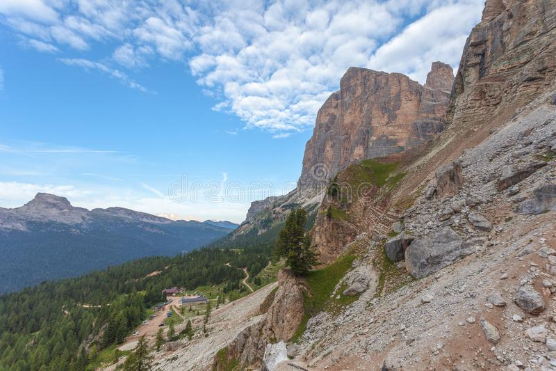 Το πανόραμα της καλύβας βουνών Dibona πληρώνει Tofana Di Rozes στοκ φωτογραφία με δικαίωμα ελεύθερης χρήσης