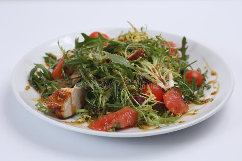 Το πιάτο εστιατορίων, πράσινη σαλάτα, αγγούρια, κόκκινο πιπέρι, έβρασε το κρέας, το arugula, την ντομάτα και το γκρέιπφρουτ, υγιή στοκ φωτογραφίες με δικαίωμα ελεύθερης χρήσης