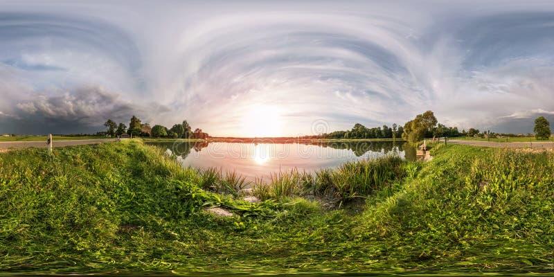 Το πλήρες άνευ ραφής σφαιρικό πανόραμα 360 από τη γωνία 180 βλέπει στην ακτή της λίμνης το βράδυ πριν από τη θύελλα στη equirecta στοκ εικόνες με δικαίωμα ελεύθερης χρήσης