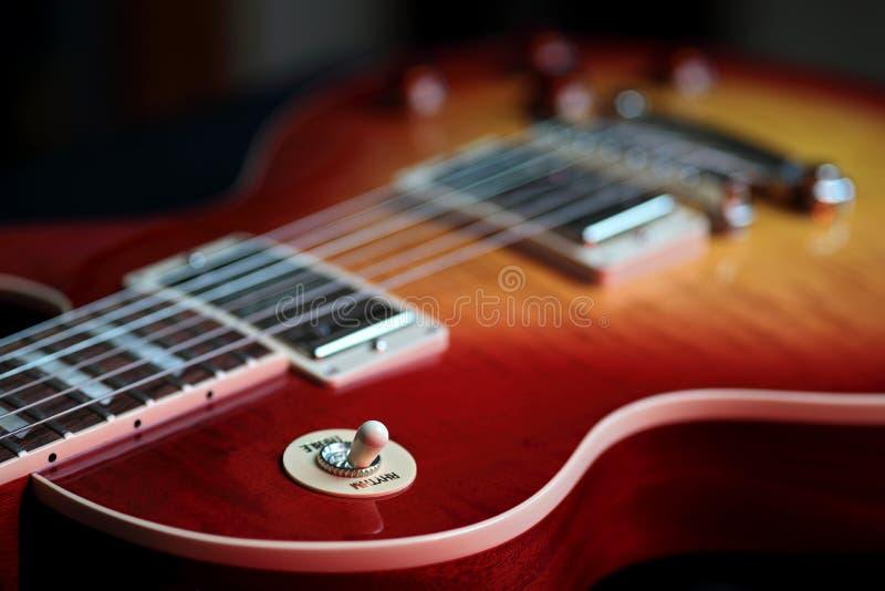 Το πρίμο ρυθμού ανάβει τη νέα ηλεκτρική κιθάρα στοκ εικόνες με δικαίωμα ελεύθερης χρήσης