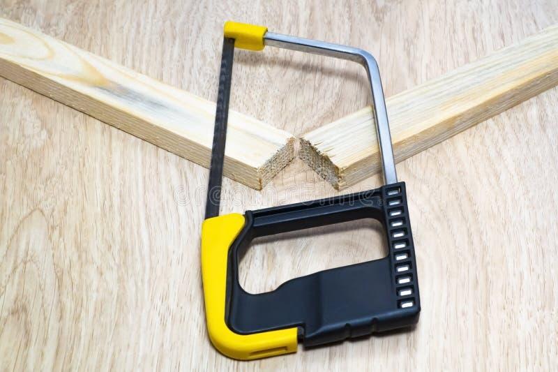 Το πριόνι έκοψε δύο φραγμούς του ξύλου στοκ εικόνα με δικαίωμα ελεύθερης χρήσης