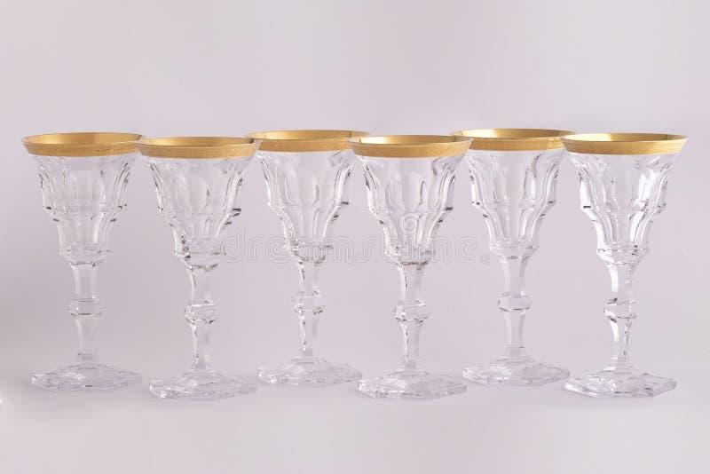 Το Stemware εδροτόμησε πολύτιμους λίθους τα γυαλιά φιαγμένα από τσεχικό γυαλί με μια χρυσή διακόσμηση που απομονώθηκε σε ένα άσπρ στοκ φωτογραφίες με δικαίωμα ελεύθερης χρήσης