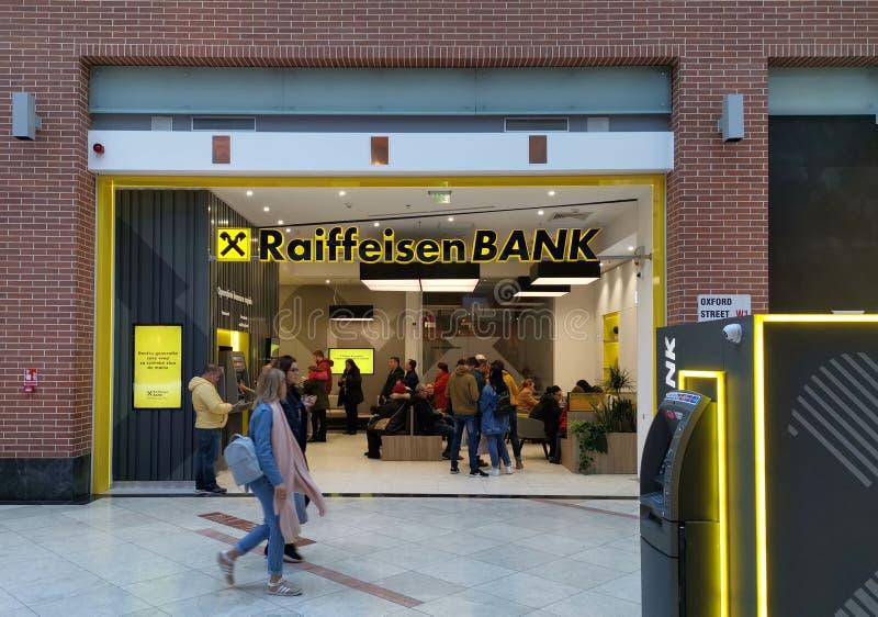 Τράπεζα Raiffeisen εσωτερική στη λεωφόρο στοκ φωτογραφία