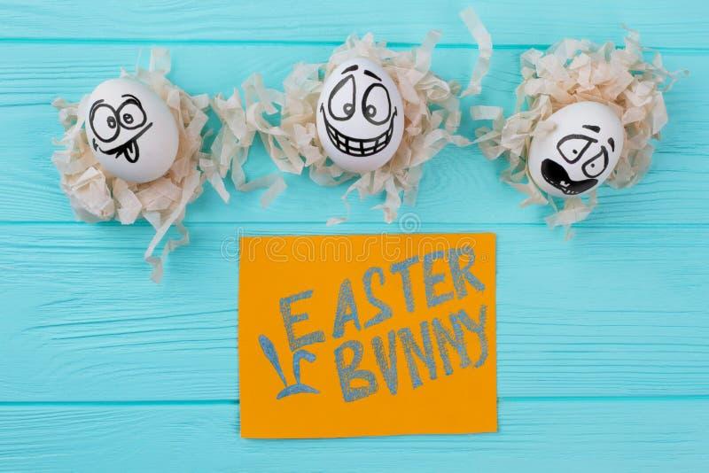 Τρία άσπρα αυγά με το αστείο πρόσωπο στοκ φωτογραφίες με δικαίωμα ελεύθερης χρήσης