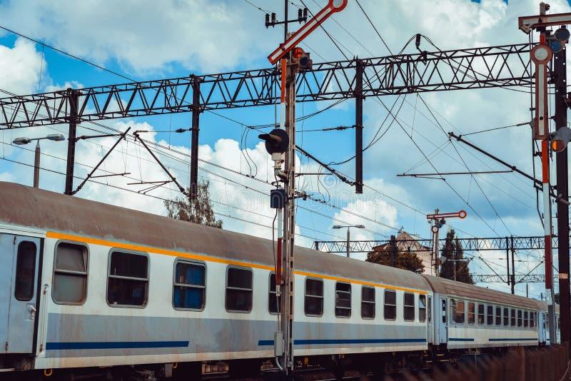 Τραίνο στην πλατφόρμα σιδηροδρόμων στοκ εικόνες με δικαίωμα ελεύθερης χρήσης