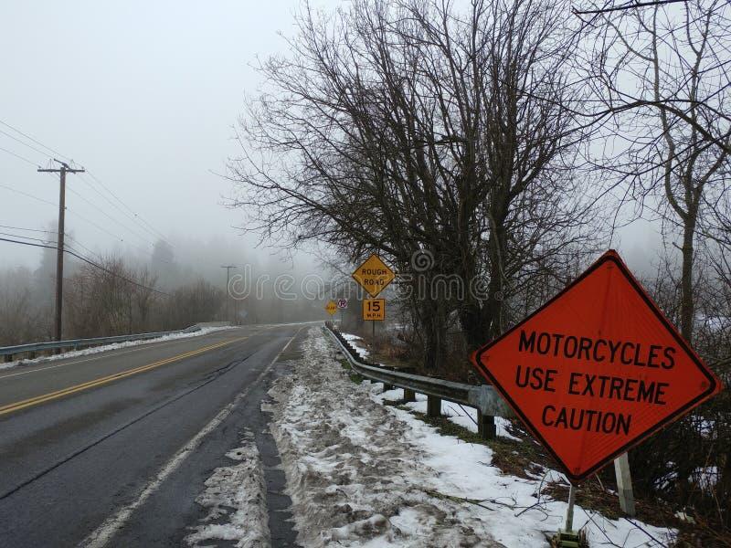 Τραχύς χιονώδης δρόμος μπροστά στοκ εικόνα με δικαίωμα ελεύθερης χρήσης