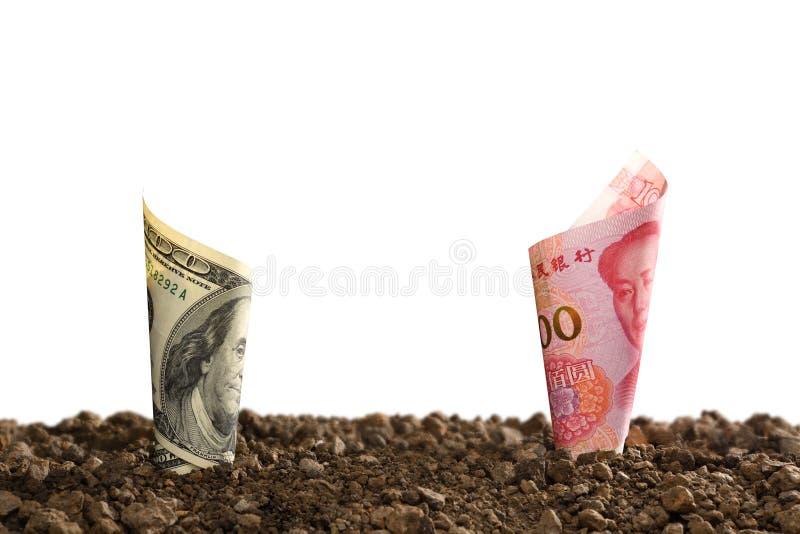 Τραπεζογραμμάτιο της Κίνας Yuan και τραπεζογραμμάτιο αμερικανικών δολαρίων πάνω από το χώμα για την επιχείρηση, αποταμίευση, αύξη στοκ φωτογραφίες με δικαίωμα ελεύθερης χρήσης
