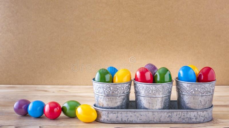 Τρεις ασημένιες κούπες με πολλά ζωηρόχρωμα αυγά Πάσχας στοκ εικόνα με δικαίωμα ελεύθερης χρήσης