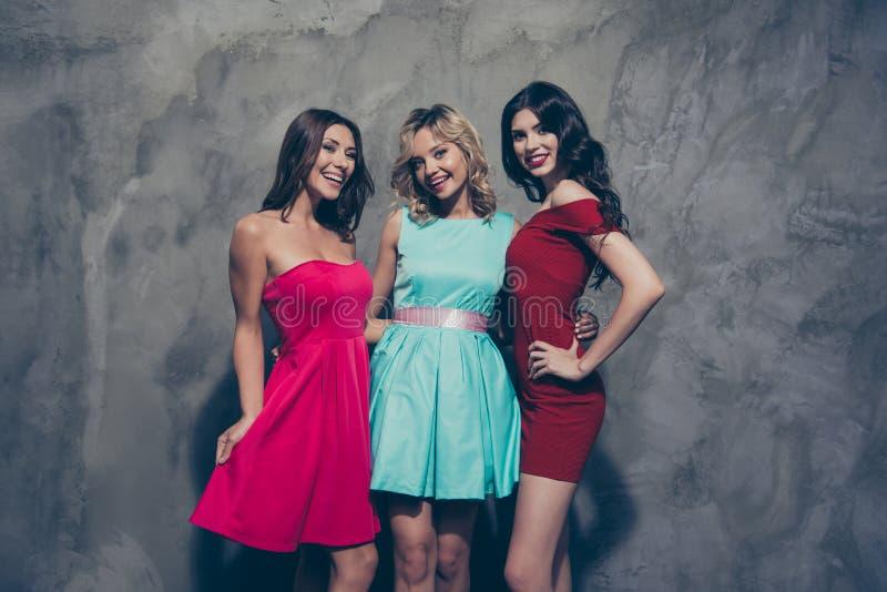 Τρεις ελκυστικές καλές αριστοκρατικές κομψές κομψές ελκυστικές γοητευτικές εύθυμες κυρίες στην καφέ burgundy μέντα οδοντώνουν τα  στοκ φωτογραφία
