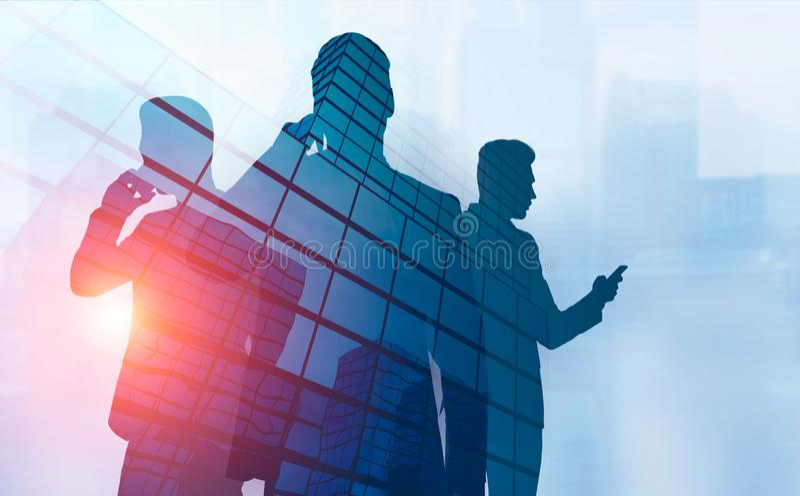 Τρεις σκιαγραφίες επιχειρηματιών στο τηλέφωνο στην πόλη ελεύθερη απεικόνιση δικαιώματος