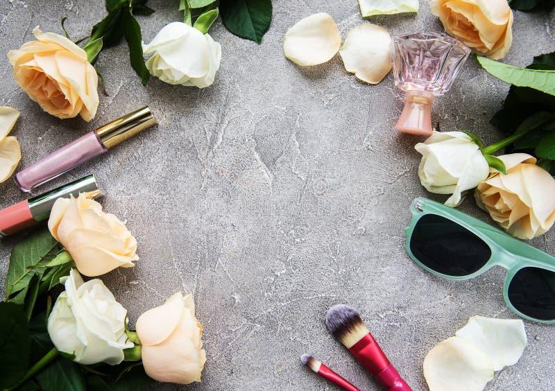 Τριαντάφυλλα και καλλυντικό στοκ φωτογραφία με δικαίωμα ελεύθερης χρήσης