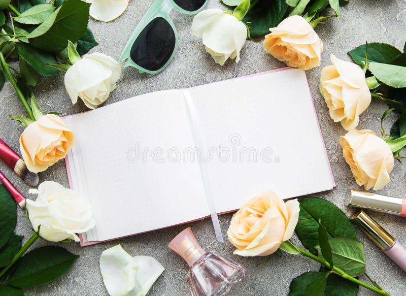 Τριαντάφυλλα και καλλυντικό στοκ εικόνες με δικαίωμα ελεύθερης χρήσης