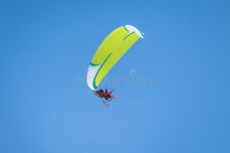 Τροφοδοτημένο αλεξίπτωτο ενάντια στο μπλε ουρανό στοκ φωτογραφίες