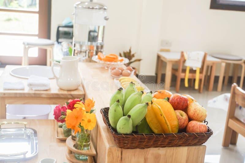 Τροπικά φρούτα στο ξύλινο καλάθι στην κουζίνα στο σπίτι στοκ εικόνα