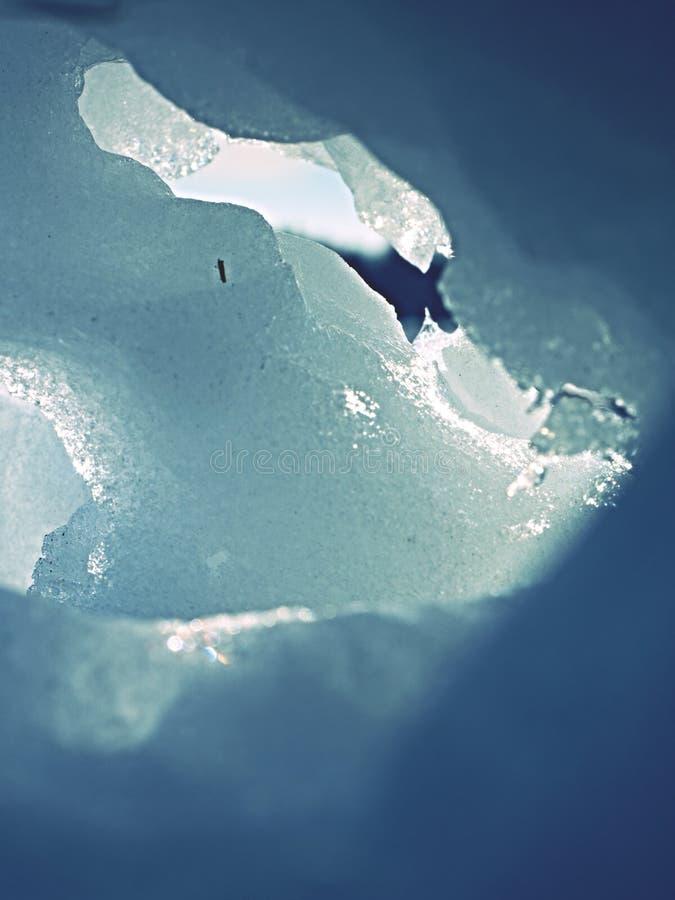 Τρύπα στο παγωμένο χιόνι με τις φλόγες ήλιων καλός χειμώνας στοκ φωτογραφία με δικαίωμα ελεύθερης χρήσης