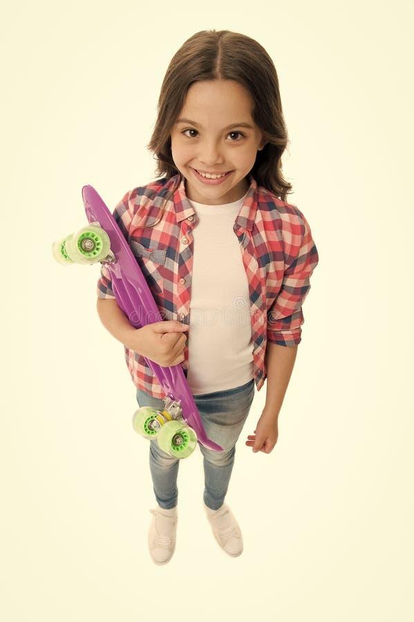 Τρυφερός να κάνει σκέιτ μπορντ Το κορίτσι παιδιών ευτυχές φέρνει τον πίνακα πενών Το παιδί επιθυμεί με τον πίνακα πενών Σύγχρονο  στοκ φωτογραφίες με δικαίωμα ελεύθερης χρήσης