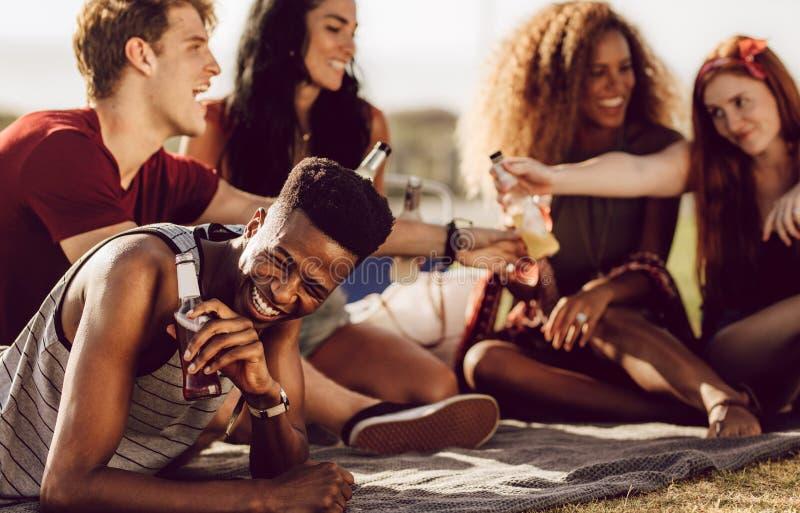 Τύπος που απολαμβάνει το θερινό Σαββατοκύριακο με τους φίλους στοκ εικόνες με δικαίωμα ελεύθερης χρήσης