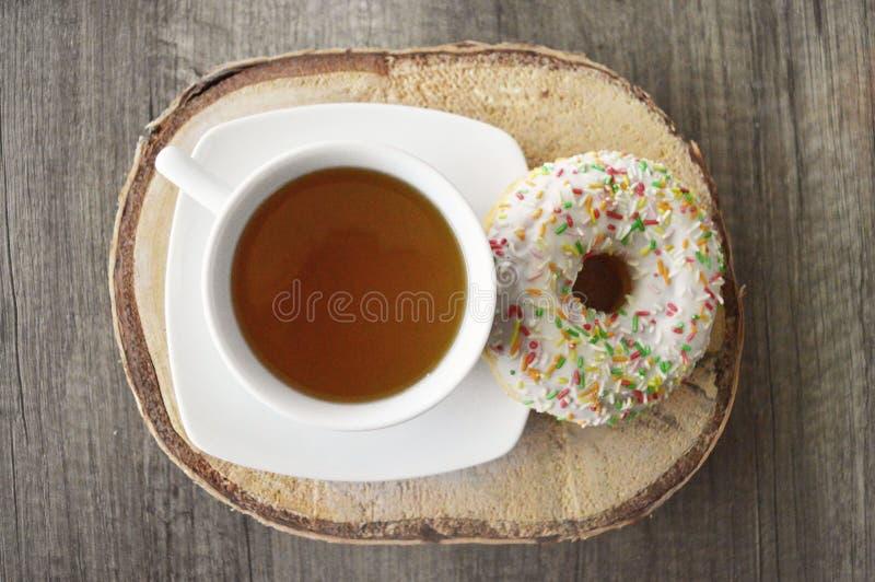 Τσάι και doughnut στοκ φωτογραφία με δικαίωμα ελεύθερης χρήσης