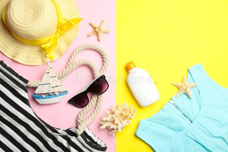 Τσάντα παραλιών, μπλε Τζέρσεϋ και διάφορα θερινά εξαρτήματα στοκ εικόνα