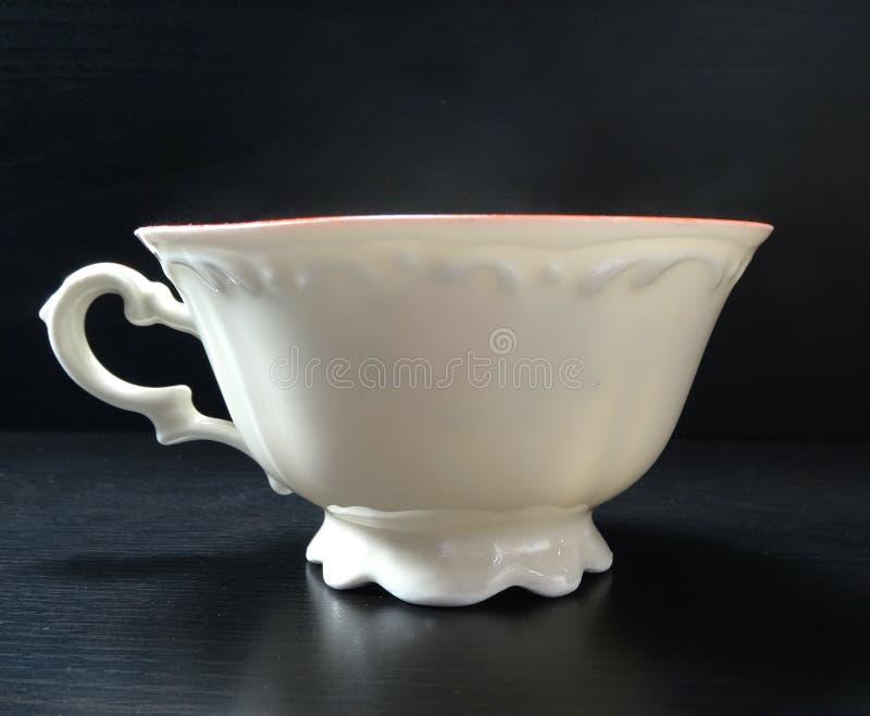 Τσαγιού λευκό μόδας φλυτζανιών porcelein παλαιό με το μαύρο υπόβαθρο στοκ εικόνες