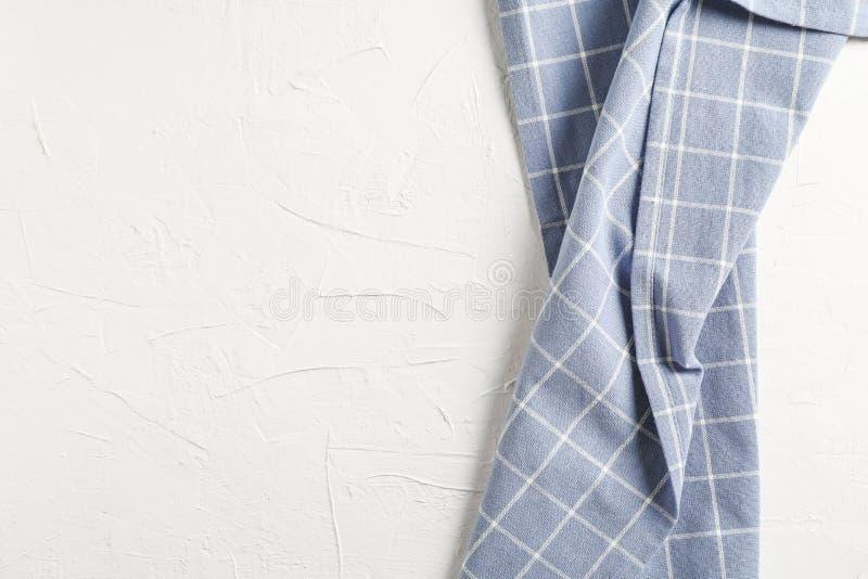 Τσαλακωμένη πετσέτα υφάσματος στο άσπρο υπόβαθρο στοκ φωτογραφία με δικαίωμα ελεύθερης χρήσης
