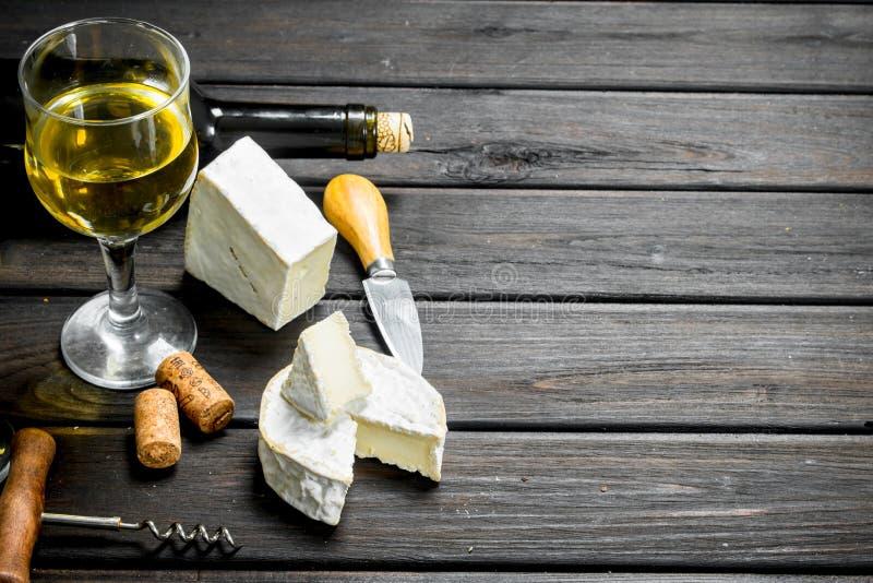 Τυρί της Brie με το άσπρο κρασί στοκ φωτογραφία με δικαίωμα ελεύθερης χρήσης