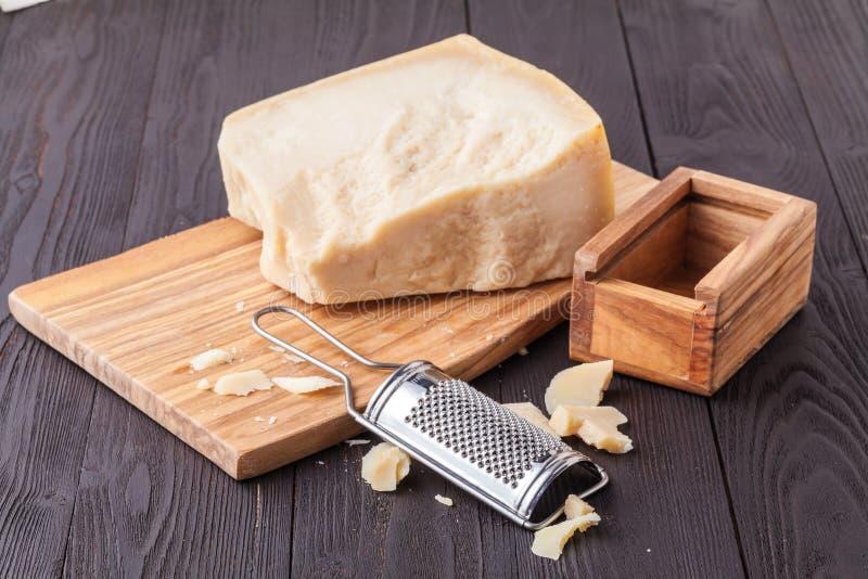 Τυρί παρμεζάνας Ξυμένος ξύλινος ξύστης τυριών παρμεζάνας και τυριών παρμεζάνας ελιών στοκ εικόνες
