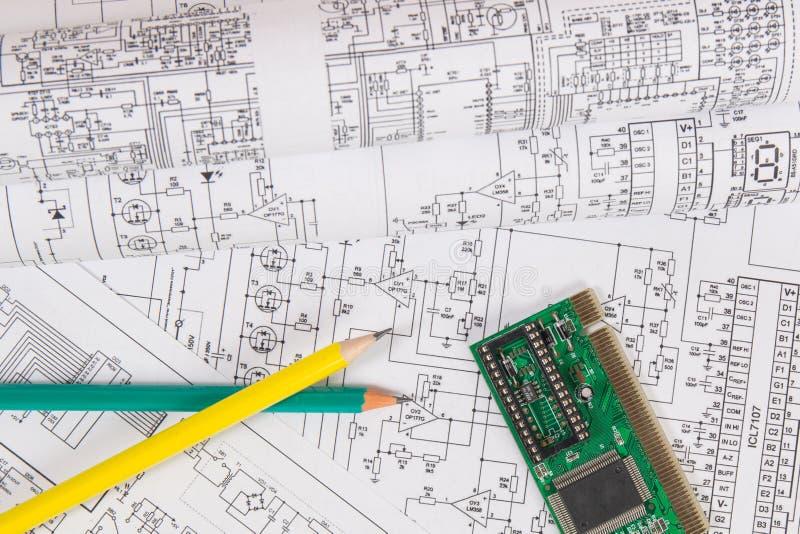 Τυπωμένα σχέδια των ηλεκτρικών κυκλωμάτων, του ηλεκτρονικών πίνακα και των μολυβιών Επιστήμη, τεχνολογία και στοκ φωτογραφία