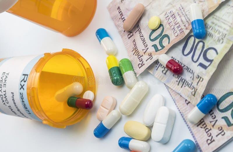 Φάρμακα δίπλα στα τραπεζογραμμάτια της Βενεζουέλας, σκιερή διαπραγμάτευση του φαρμάκου στην πλήρη κρίση της χώρας της Λατινικής Α στοκ εικόνες