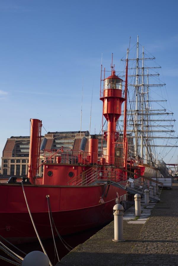 Φάρος σε μια κόκκινη βάρκα στοκ φωτογραφίες