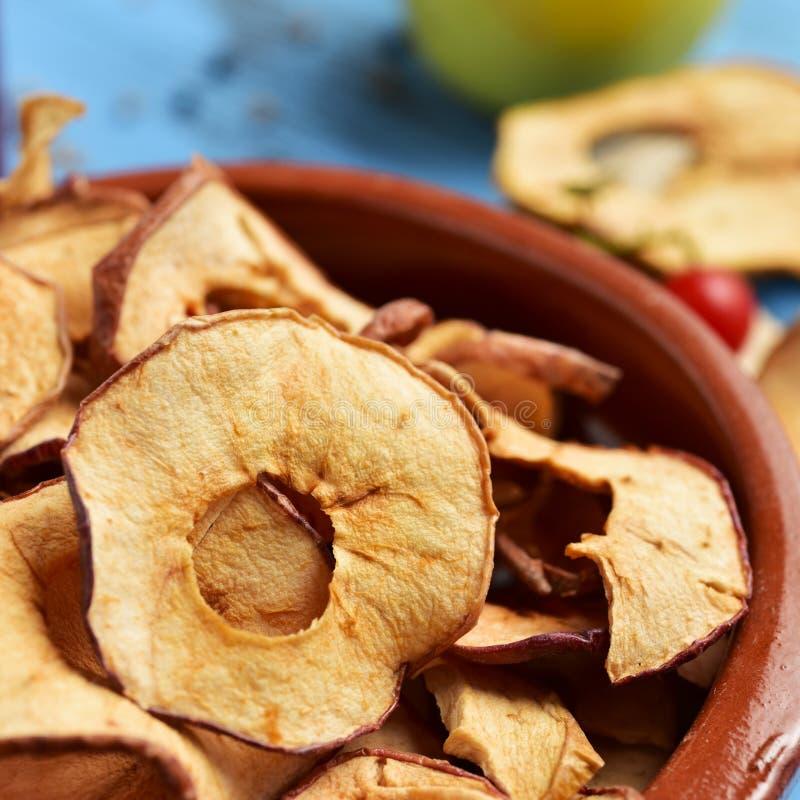 Φέτες του ξηρού μήλου που χρησιμεύονται ως το ορεκτικό ή το πρόχειρο φαγητό στοκ εικόνα με δικαίωμα ελεύθερης χρήσης