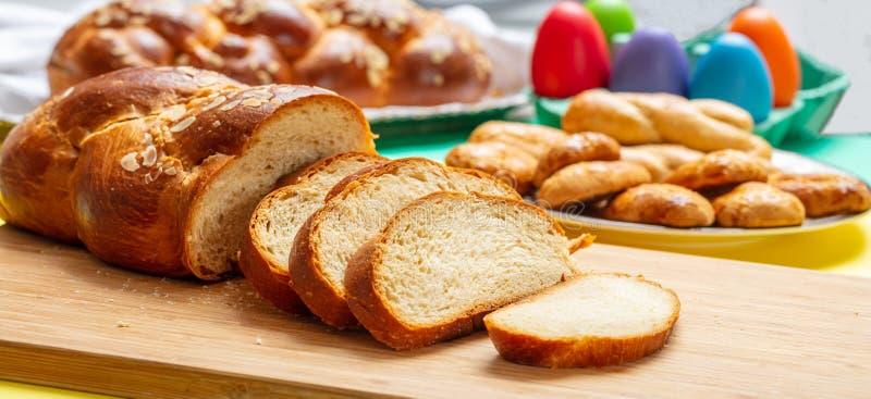 Φέτες πλεξουδών tsoureki Πάσχας, ελληνικό γλυκό ψωμί Πάσχας, στο ξύλο στοκ εικόνα με δικαίωμα ελεύθερης χρήσης