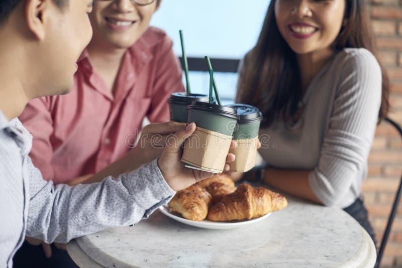 Φίλοι συγκομιδών που έχουν τον καφέ στο μεσημεριανό γεύμα στοκ φωτογραφία