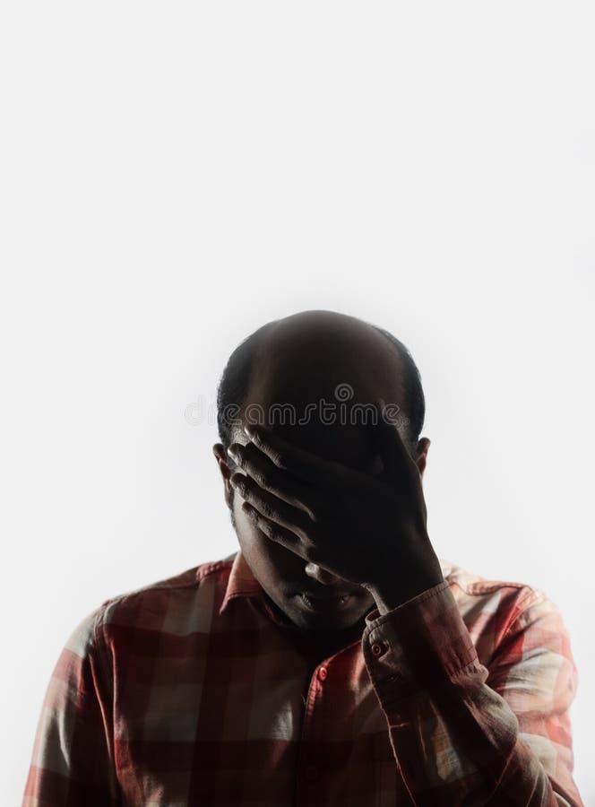 Φαλακρό άτομο που καλύπτει το πρόσωπό του στην ντροπή στο άσπρο υπόβαθρο με το διάστημα για το κείμενο στοκ φωτογραφία με δικαίωμα ελεύθερης χρήσης