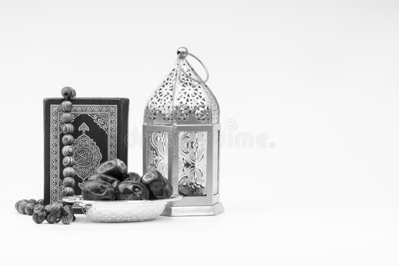 Φανάρι, ημερομηνίες, Koran και Rosary στο γραπτό υπόβαθρο στοκ φωτογραφίες