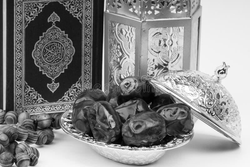 Φανάρι, ημερομηνίες, Koran και Rosary στο γραπτό υπόβαθρο στοκ φωτογραφία με δικαίωμα ελεύθερης χρήσης