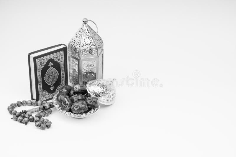 Φανάρι, ημερομηνίες, Koran και Rosary στο γραπτό υπόβαθρο στοκ εικόνα με δικαίωμα ελεύθερης χρήσης