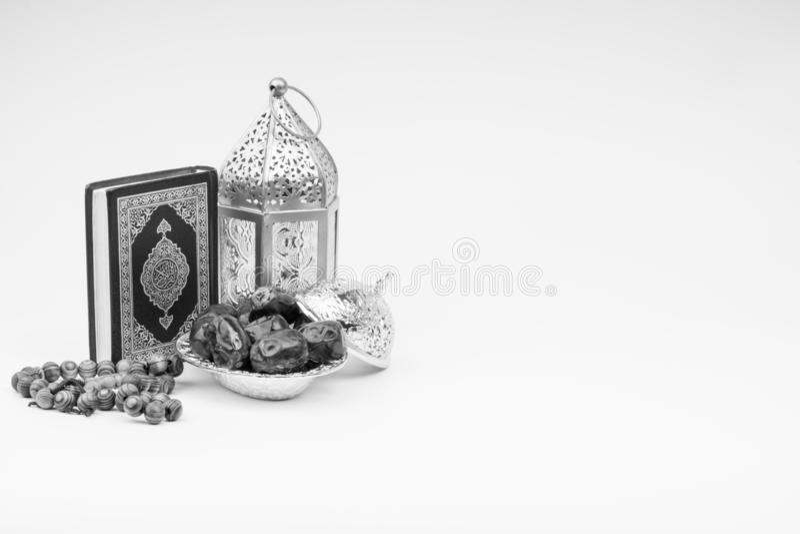Φανάρι, ημερομηνίες, Koran και Rosary στο γραπτό υπόβαθρο στοκ εικόνες