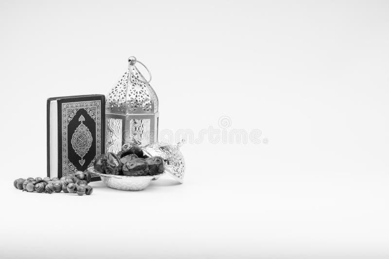 Φανάρι, ημερομηνίες, Koran και Rosary στο γραπτό υπόβαθρο στοκ φωτογραφία
