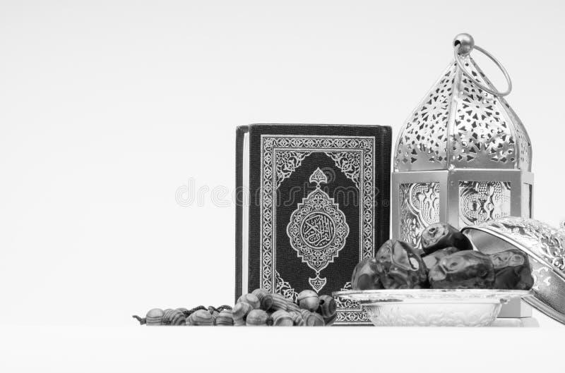 Φανάρι, ημερομηνίες, Koran και Rosary στο γραπτό υπόβαθρο στοκ εικόνες με δικαίωμα ελεύθερης χρήσης