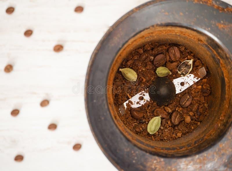 Φασόλια καφέ με το καρδάμωμο στο μύλο καφέ στοκ εικόνες με δικαίωμα ελεύθερης χρήσης