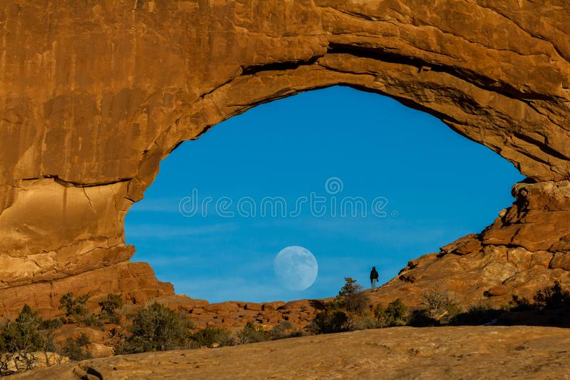 Φεγγάρι που αυξάνεται μέσω του βόρειου παραθύρου στοκ φωτογραφία