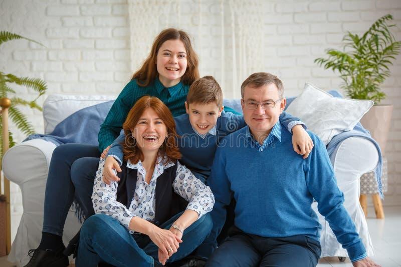Φιλικό πορτρέτο οικογενειακών χαρούμενο οικογενειών στοκ φωτογραφία