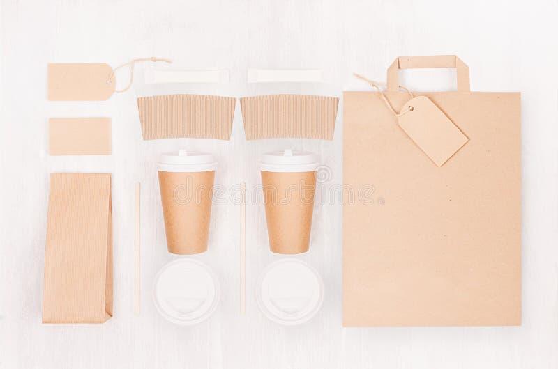 Φιλικό πρότυπο καφέ Eco για το σχέδιο, τη διαφήμιση και το μαρκάρισμα - δύο φλυτζάνια καφετιού εγγράφου και κενή τσάντα, πακέτο,  στοκ φωτογραφίες