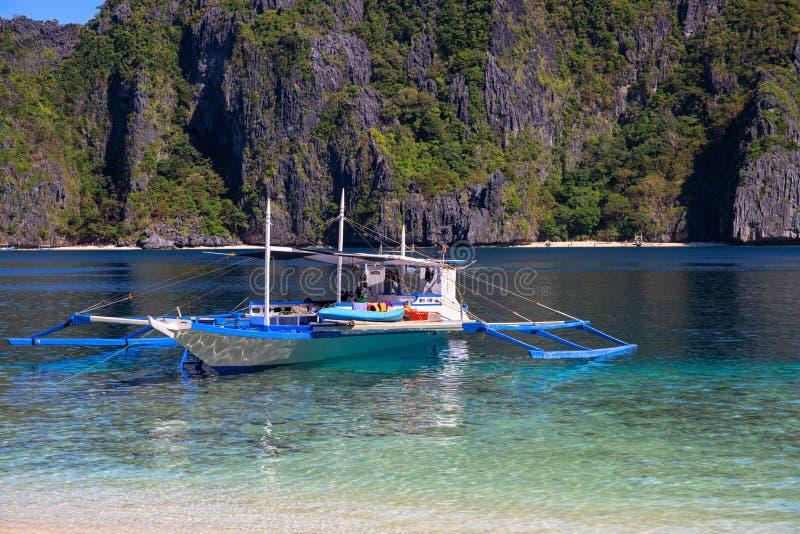 Φιλιππινέζικη παραδοσιακή βάρκα στο θαλάσσιο νερό της τροπικής λιμνοθάλασσας Hopping νησιών Palawan γύρος Κρουαζιέρα τουριστών στοκ εικόνες